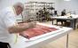 Artista plástica mineira Laura Lima instala oficina de costura em exposição na Pinacoteca
