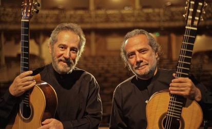 O Duo Assad, formado pelos irmãos Sérgio e Odair Assad, se apresenta hoje à noite no MUBE