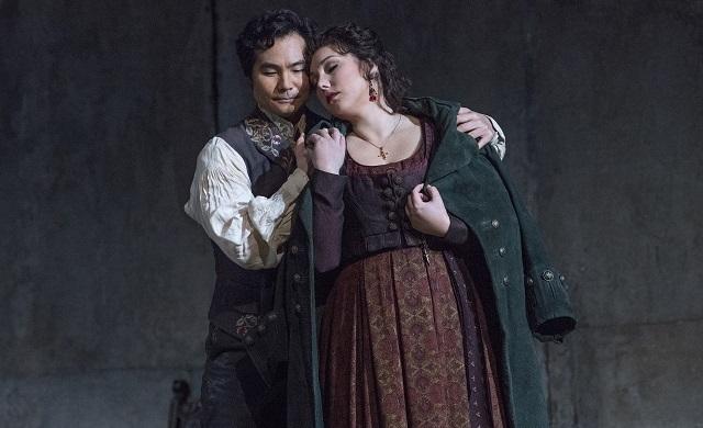 Yonghoon Lee como Manrico e Jennifer Rowley como Leonora